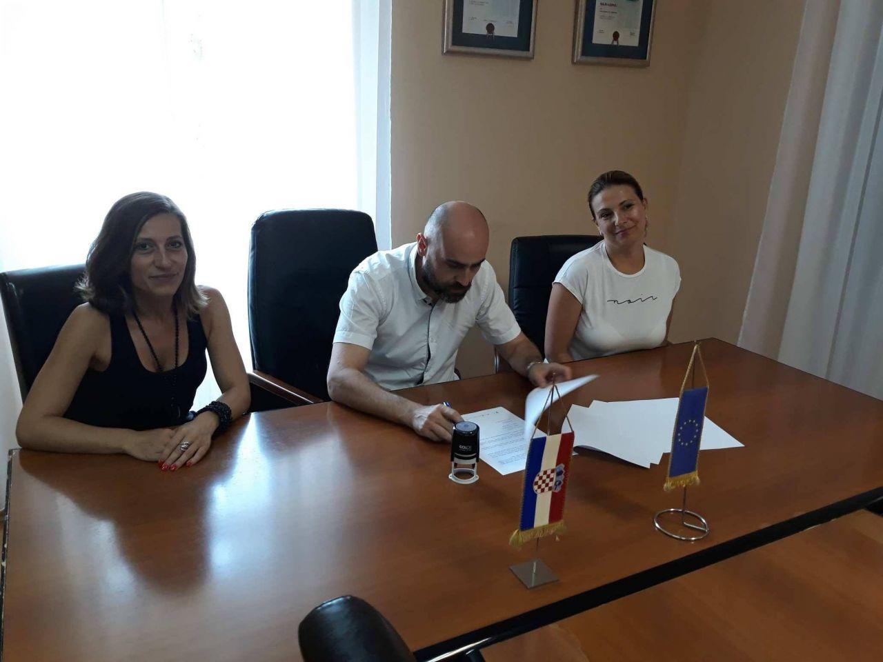 """Gradonačelnik je danas u sklopu projekta """"Budimo im podrška"""" potpisao ugovor s Pučkim otvorenim učilištem """"Libar"""""""